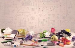 Diagrammes de graphique et bureau de concepteur Images libres de droits