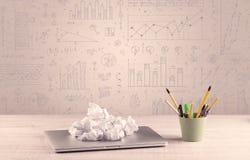 Diagrammes de graphique et bureau de concepteur Images stock
