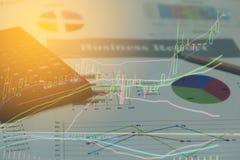Diagrammes de papier de rapport de gestion et graphiques financiers d'investissement de marché boursier Photographie stock