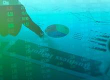 Diagrammes de papier de rapport de gestion et graphiques financiers d'investissement de marché boursier avec la main Photo stock