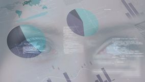 Diagrammes et graphiques de données faisant défiler sur une fin vers le haut de vue des yeux de femme clips vidéos