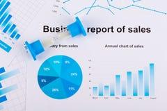 Diagrammes et graphiques financiers Rapport de ventes sur le papier Image stock