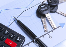 Diagrammes financiers et un groupe de clés sur la table Photo libre de droits