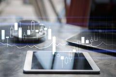 Diagrammes, graphiques sur l'écran virtuel Stratégie commerciale, concept financier de croissance Image stock