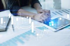 Diagrammes, graphiques sur l'écran virtuel Stratégie commerciale, concept financier de croissance Images libres de droits