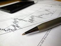 Diagrammes, stylo et téléphone portable quotidiens Images stock