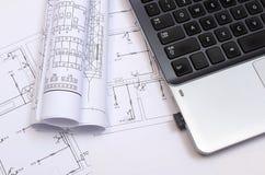 Diagrammi, disegni di costruzione e computer portatile elettrici Fotografia Stock Libera da Diritti