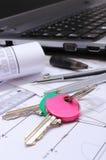 Diagrammi elettrici, accessori per il disegno, chiavi domestiche ed il computer portatile Fotografia Stock Libera da Diritti