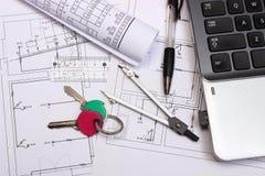 Diagrammi elettrici, accessori per il disegno, chiavi domestiche ed il computer portatile Fotografie Stock Libere da Diritti