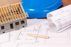 Diagrammi elettrici, accessori per il disegno e casa in costruzione, sviluppanti concetto domestico Immagini Stock