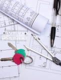 Diagrammi elettrici, accessori per il disegno e chiavi domestiche Fotografie Stock
