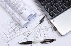 Diagrammi elettrici, accessori per il disegno e computer portatile Immagine Stock