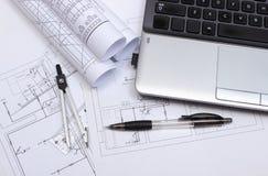 Diagrammi elettrici, accessori per il disegno e computer portatile Fotografia Stock
