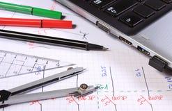 Diagrammi elettrici, accessori per il disegno e computer portatile Immagini Stock Libere da Diritti