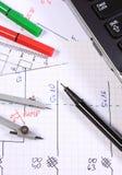 Diagrammi elettrici, accessori per il disegno e computer portatile Immagine Stock Libera da Diritti