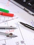 Diagrammi elettrici, accessori per il disegno e computer portatile Fotografie Stock Libere da Diritti