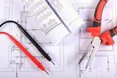 Diagrammi elettrici, cavi del multimetro e pinze del metallo Immagine Stock Libera da Diritti
