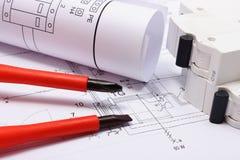 Diagrammi elettrici, fusibile elettrico e cacciaviti sul disegno Fotografia Stock Libera da Diritti