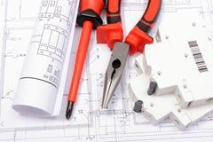 Diagrammi elettrici, fusibile elettrico e strumenti del lavoro sul disegno Fotografia Stock Libera da Diritti