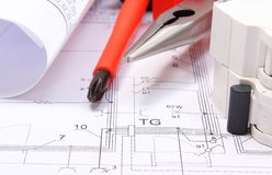 Diagrammi elettrici, fusibile elettrico e strumenti del lavoro sul disegno Fotografie Stock Libere da Diritti