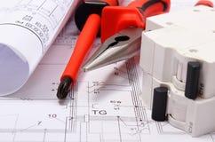 Diagrammi elettrici, fusibile elettrico e strumenti del lavoro sul disegno Immagine Stock Libera da Diritti
