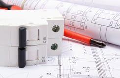 Diagrammi elettrici, fusibile elettrico e strumenti del lavoro sul disegno Immagini Stock