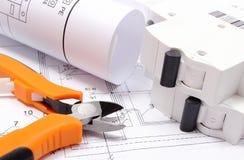 Diagrammi elettrici, fusibile elettrico e strumenti del lavoro sul disegno di costruzione della casa Immagini Stock