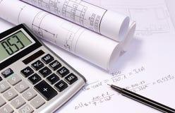 Diagrammi elettrici rotolati, calcolatore e calcoli matematici Fotografia Stock Libera da Diritti