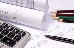 Diagrammi elettrici rotolati, calcolatore e calcoli matematici immagine stock libera da diritti