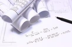 Diagrammi elettrici rotolati e calcoli matematici Fotografie Stock Libere da Diritti