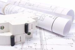 Diagrammi elettrici rotolati e fusibile elettrico sul disegno di costruzione della casa Fotografie Stock Libere da Diritti