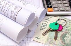 Diagrammi elettrici rotolati sul disegno di costruzione della casa e dei soldi con le chiavi Fotografie Stock