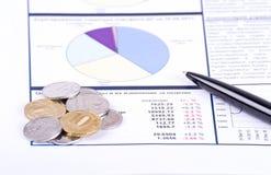 Diagrammi, penna e monete Fotografia Stock Libera da Diritti