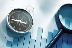 Diagrammkonzept mit Kompass und Linse Lizenzfreie Stockfotografie
