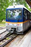 DIAKOFTO, GRIECHENLAND - 14. JUNI: Zug berühmter Diakofto-Kalavritaeisenbahn, historische 750 Millimeter-Messgerätzahnradbahn am  Lizenzfreie Stockfotos