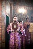 Diakon steht mit einer Heiligen Schrift Lizenzfreie Stockfotos