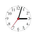 Dial análogo de la cara de reloj en mano del negro y de segundos en el rojo en el 3:03, primer macro aislado detallado grande Fotografía de archivo libre de regalías
