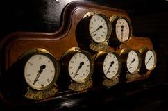 Diales de cobre amarillo pasados de moda en el tablero de instrumentos de madera Foto de archivo