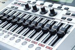 Diales de la pista de sonido del estudio de grabación fotografía de archivo libre de regalías