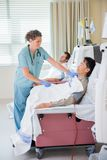 Dialisi renale di Covering Patient Undergoing dell'infermiere Fotografia Stock Libera da Diritti