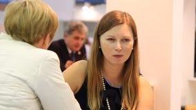 Dialog im Café stock video footage