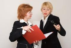 Dialog von zwei Geschäftsfrauen. Stockfotografie