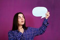 Dialogo, conversazione, opinione Donna con la bolla di discorso immagine stock libera da diritti