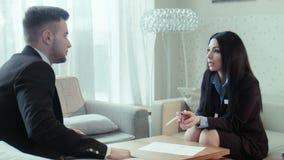 Dialogo del personale dell'hotel e dell'uomo d'affari video d archivio