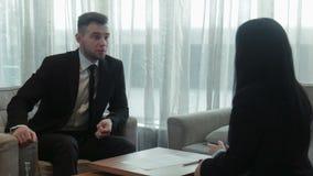 Dialogo del personale dell'hotel e dell'uomo d'affari stock footage