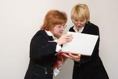 Dialogue de deux femmes d'affaires. Images stock
