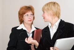 Dialogue de deux femmes d'affaires. Image stock