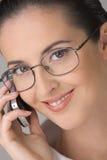 Dialogue par un téléphone portable. Photos stock