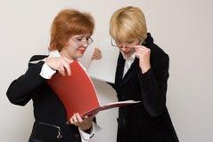 Dialoog van twee bedrijfsvrouwen. Royalty-vrije Stock Foto's