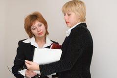 Dialoog van twee bedrijfsvrouwen. stock foto